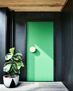 Exterior Signage Lettering - - Exterior Stairs Design - - Home Exterior Porch - Boho Exterior House Bright Front Doors, Green Front Doors, Exterior Signage, Exterior Paint, Exterior Siding, Modern Exterior, Interior And Exterior, Black Exterior Doors, Ranch Exterior