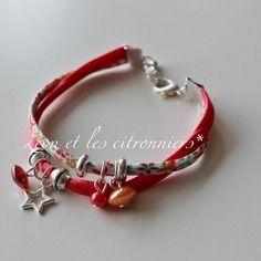 """Bracelet """"grenade"""" : ruban corail satiné, ruban fleuri, avec perles et breloques Léon et les citronniers*"""
