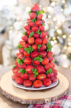 25 Christmas Dinner Ideas Guaranteed To Make The Night Memorable Chocolate Covered Strawberry Christmas Tree Christmas Tree Food, Christmas Cheese, Christmas Eve Dinner, Christmas Snacks, Christmas Appetizers, Fruit Appetizers, Vegetable Appetizers, Cheese Appetizers, Christmas Fruit Ideas