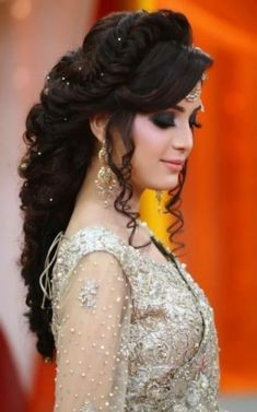 New Hairstyles For Indian Wedding Function- Mehdi, Haldi & Sangeet 2019 - - My list of women's hairstyles Pakistani Bridal Hairstyles, Bridal Hairstyle Indian Wedding, Hairstyles For Gowns, Pakistani Bridal Makeup, Bridal Hair Buns, Bridal Hairdo, Bride Hairstyles, Hairstyles Videos, School Hairstyles