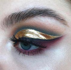 Bold gold eyeliner with blue eyeshadow Makeup Trends, Makeup Inspo, Makeup Art, Makeup Tips, Hair Makeup, Gold Makeup, Teal Eye Makeup, Makeup Ideas, Metallic Makeup