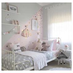 Night, night! • fofura de quarto p/ uma 👸🏻 •• • mais uma possibilidade de aplicação de bolinhas adesivas douradas > g o l d  p o l k a dots < e pq uma parede inteirinha de uma cor, se você pode ter duas cores? ✨ • via @harlows_world • #apto41inspira #apto41kids #apto41kidsroom #kidsroom #kids #kidsbedroom #bedroom #decor #decoração #goldpolkadots #polkadots