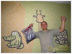 Комната #детская, поэтому придумали #нарисовать_животных. Взял #проектор у друга, нашли в детской книжке изображения #слона, #крокодила, #жирафа, #льва и #попугая – и за работу. Нарисовать их оказалось несложно, а вот выводить контуры, заполнять цветом, #рисовать глаза #жидкими_обоями #SILK_PLASTER – это оказалось весьма трудоемкой частью проекта. Приходилось работать послойно, будто выкладывая мозаику. http://www.plasters.ru/info/design-ideas/2015/mikhalyev_mikhail/