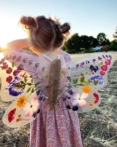 Aren't these diy butterfly wings just amazing?😍 Using pressed, dried flowers, driftwood and contact paper Johanna and… Toddler Crafts, Crafts For Kids, Arts And Crafts, Children Crafts, Craft Activities, Toddler Activities, Nature Activities, Diy Pour Enfants, Diy Butterfly