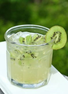 Limonada con kiwi para superar una larga jornada de estudios! 5 kiwis 1/2 taza de jugo de limón 3 1/2 cucharadas de miel 1 1/2 taza de agua
