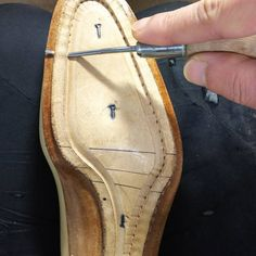 Insole making for welted shoes, beveled waist. Mens Fashion Shoes, Fashion Boots, Moccasins Mens, Handmade Leather Shoes, Shoe Pattern, How To Make Shoes, Designer Shoes, Leather Boots, Shoe Boots
