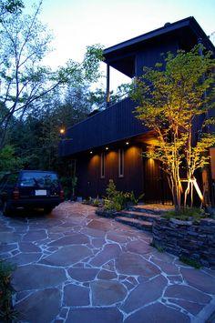 外観夕景: Sデザイン設計一級建築士事務所が手掛けた木造住宅です。 Best Boats, Parking Lot, Floor Design, Running Away, White Roses, Sidewalk, Exterior, Architecture, Garden