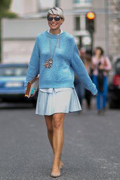 как носить объемный свитер с юбкой