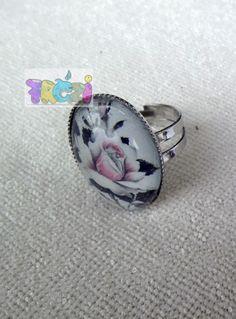 Akciós áron! Ezüst színű gyűrűalappal készült rózsás gyűrű, Ékszer, óra, Gyűrű, A gyűrűt ezüst színű, állítható méretű gyűrűalappal készítettem, rózsás mintával., Meska