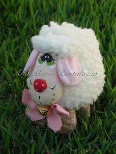 Ovelhinha confeccionada em tecido de algodão e pelúcia. Pinturas feitas à mão. Produto costurado e colado. R$ 14,70