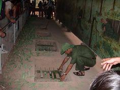 Tünellerin girişini köpekleriyle arayan Amerikan askerlerine karşı zeki Vietnamlılar çarpıcı fikirler geliştirmiş. Tünellerin gizli giriş ve çıkışlarına Amerikalı askerlerin kullandığı sabunu, elbise parçalarını koyan Vietnamlılar, köpeklerin buraları bulmasını önlemiş.