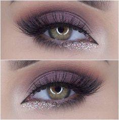 O glitter dourado abaixo da linha d'água no canto interno do olho fica perfeito!