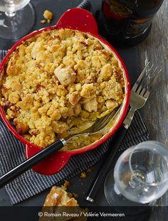 MON CRUMBLE SALÉ : CRUMBLE DE POULET AUX OIGNONS ET AUX POIREAUX Ingrédients pour 2 personnes : 2 filets de poulet fermier St SEVER Label Rouge 2 gros poireaux 1 oignon 70 g de beurre 80 g de farine 50 g de parmesan râpé 10 cl de crème fraîche épaisse 1 cuillère à soupe de moutarde à l'ancienne 2 pincées de piment d'Espelette Sel et poivre du moulin. Un crumble salé, ça fait souvent son petit effet... Oven Recipes, Cooking Recipes, Parmesan, Cauliflower, Macaroni And Cheese, Easy Meals, Stuffed Peppers, Label Rouge, Dinner
