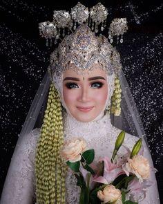 Muslimah Wedding Dress, Muslim Wedding Dresses, Wedding Hijab, Wedding Poses, Dream Wedding Dresses, Wedding Attire, Javanese Wedding, Indonesian Wedding, Bridal Makeup Looks
