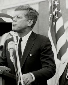 The Camelot that Kennedy Built Jfk And Jackie Kennedy, Robert Kennedy, List Of Presidents, American Presidents, American History, John Fitzgerald, American Revolutionary War, British Invasion