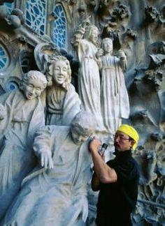 Etsuro Sotoo (Fukuoka, 1953) es el escultor japonés que trabaja desde 1978 en el Templo Expiatorio de la Sagrada Familia de Barcelona. Es autor de las esculturas de los ángeles músicos y los cantores de la fachada del Nacimiento, ha realizado la decoración de los ventanales y sus pináculos en forma de frutos, así como la restauración de las esculturas de la Puerta del Rosario.