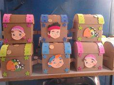 jake izzy cofres de carton corrugado Pirate Day, Pirate Birthday, Summer Crafts, Diy And Crafts, Pirate Snacks, Cardboard Dollhouse, Pirate Crafts, Pirate Treasure, Ideas Para Fiestas