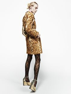 Maison Margiela Pre-fall 2016 - Assorti de chaussures vernies et de collants sophistiqués, le manteau léopard devient une pièce forte, notamment en soirée.
