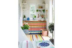 Ideas para sumarle color a tu cocina  Una buena forma de incorporar color y al mismo tiempo funcionalidad, es utilizar una cortina como cerramiento del bajomesada.         Foto:Designsponge.com