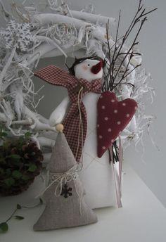 Süsser großer Schneemann mit Reisigbesen, Herz, Tannenbäumchen, Kranz und Schal um den Hals für Deine Winterdeko.  Eine schöne Dekoration für die kommende Winter- und Weihnachtszeit!