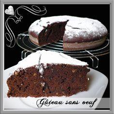 Gâteau au chocolat VEGAN  300 g de farine 40 g de cacao amer en poudre 200 g de sucre en poudre 1 sachet de levure chimique 1/2 càc de bicarbonate alimentaire 40 cl d'eau ou jus de fruits, moi, j'ai quand même mis du lait de coco + lait de vache 130 g de chocolat noir à pâtisser 4 càs d'huile végétale neutre 1 càc d'extrait de vanille liquide ou autre arôme 2 càc de vinaigre de cidre (oui, oui, du vinaigre) ou vinaigre blanc