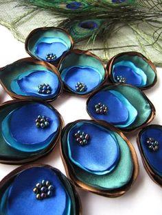 Flores de raso hechas a mano - apliques de flores de pavo real Mediciones-aproximadamente 2.5 x 2 pulgadas (±0.25 ) (±0.6 de 6.5 x 5 cm); Granos de cristal satinado utilizado materiales; Colores mocha brown, verde de bosque, satenes azules royal y turquesas y perlas de arco iris negro; Cantidad-10pcs; Versátil - puede ser utilizado para coser varias, embellecer, decorar proyectos (Adorno, fabricación de accesorios de pelo, casa o decoración de mesa, arreglo de ramo y etc. la ropa...) P...