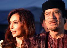 Reprimiendo, Gadafi se aferra al poder... pero lo pierde