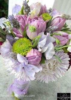 Ramo de novia en tonos malva con tulipanes y flores de lavanda silvestre