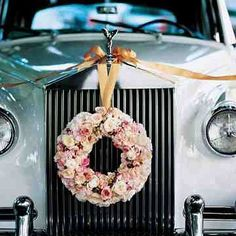The only thing better than a Rolls-Royce getaway car is one decked out with a lush floral wreath. To see more photos from this #GreatGatsby inspired wedding, click on the link in our bio #getawaycars #rollsroyce #weddinginspo