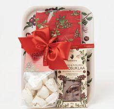 Joulupuolukka tarjotin, Kenkäveron käsin tehtyjä marenkeja ja suklaata. Gift Wrapping, Chocolate, Gifts, Gift Wrapping Paper, Presents, Wrapping Gifts, Chocolates, Favors, Gift Packaging