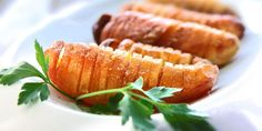 Hasselbackpoteter er en hyllest til poteten. Hasselback Potatoes, Carrots, Sausage, Salads, Cooking Recipes, Snacks, Meat, Dining, Vegetables