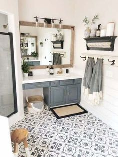 Interior design / Architecture creative and unique diy wood pallet projects Shiplap Bathroom, Bathroom Interior, Bathroom Vanities, Bathroom Gray, Bathroom Cabinets, Parisian Bathroom, Lavender Bathroom, Barn Bathroom, Restroom Cabinets
