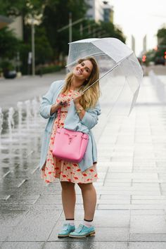 kate spade flamingo dress, neosens shoes, blue jacket, umbrella, street style, fashion, kate spade pink bag, bucket bag