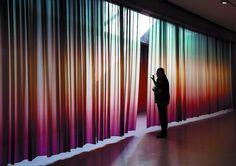 Detrás de las cortinas. Lucia Koch «mide» La temperatura del aire con sus cortinajes de seda en colores degradados. - Foto: Patricia