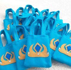 Ready for a party ! Frozen Favor Bags, Party Favor Bags, Frozen Birthday, Elsa Frozen, Felt, Crown, Gifts, Princess Sofia, Elsa From Frozen