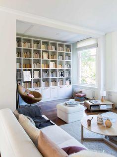 Wit interieur met boekenkast   White interior with bookcase   vtwonen 08-2017   Fotografie Jansje Klazinga   Styling Emmy van Dantzig