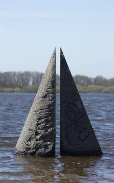 """#Neumünster Das """"Lebenszeichen"""" im Einfelder See besticht durch seine ikonische, sehr stark reduzierte Formensprache. Die zweiteilige Skulptur wird durch einen schmalen Spalt zugleich getrennt wie auch verbund..."""