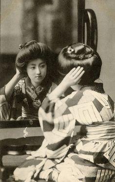 A vintage picture of the geisha Sakae in nagajuban. She was geisha at Shitaya hanamachi in Tokyo. Japanese Geisha, Japanese Beauty, Vintage Japanese, Japanese Kimono, Vintage Pictures, Old Pictures, Old Photos, Japanese Photography, Vintage Photography