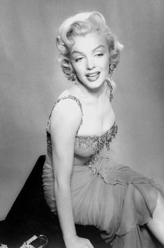 You will never see a photo from Marilyn with Arthur Miller from me. He treated her badly. Her one and only good man was Joe di Maggio. He loved her so much.He brought flowers on her grave till Style Marilyn Monroe, Marilyn Monroe Quotes, Gentlemen Prefer Blondes, Jane Russell, Golden Age Of Hollywood, Old Hollywood Glamour, Divas, Photo Vintage, Norma Jeane