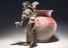 Cultura La Tolita: Se desarrolló en la costa norte del Ecuador. Esta figura cerámica representa a un sacerdote en éxtasis al ser transformado en una figura felínica.
