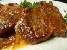 Omyté a osušené maso potřeme česnekem a opepříme. Necháme půl hodinku odležet. Připravíme pekáček, na dno dáme nakrájenou cibuli a jablko na... Ham, Pork, Beef, Cooking, Recipes, Fitness, Meat, Kale Stir Fry, Kitchen
