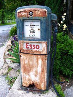 pompe à essence Rust Never Sleeps, Pompe A Essence, Good Old Times, Gas Pumps, Gas Station, Old Cars, Landline Phone, Classic Cars, Retro