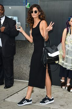 El look de Lily Aldridge. Chica chica boom boom! © Gtresonline / Cordon Spring Summer Fashion, Spring Outfits, Spring Style, Dress And Sneakers, Black Sneakers, Lily Alridge, Peace Lily, Urban Fashion, Look Fashion