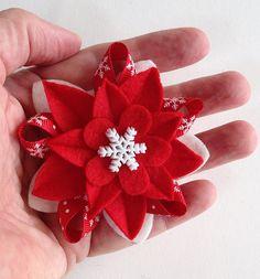 Winterurlaub Filz Brosche  leuchtend rot & weiß von dorothydesigns