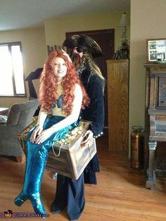 Mermaid in Pirate's Treasure Chest - Homemade Halloween Costume - baby parade ideas Homemade Halloween Costumes, Halloween Costume Contest, Halloween Diy, Halloween 2020, Halloween Clothes, Creative Halloween Costumes, Cool Costumes, Costume Ideas, Zombie Costumes