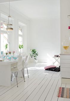love a white living space, gorgeous lighting and white floorboards Style At Home, Deco House, White Floorboards, Estilo Interior, Modern Flooring, Unique Flooring, Flooring Ideas, White Rooms, White Walls