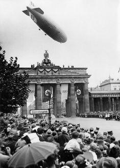 Hindenburgplatz.. West Berlin.. Gruß aus der Luft.. Mit den Spielen wollten die Nazis die deutsche Bevölkerung
