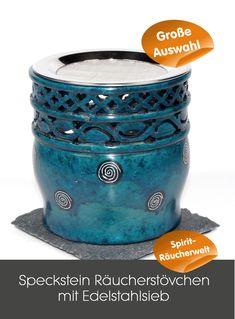 """Kombi Räucherstövchen """"Connor"""" türkis mit Edelstahlsieb zum Räuchern oder als Duftlampe aufwendig gearbeitetes Speckstein Räucherstövchen, mit schönem Bordürenmotiv und weißen Spiralen auf schwarzem Grund. Auf der Rückseite befindet sich ein herzförmigem Ausschnitt zum Einstellen des Teelichts. Eine passende Glasschale zum Verdampfen von ätherischen Ölen ist ebenfalls erhältlich. Der Stövchenboden kann sehr heiß werden, deshalb immer auf eine hitzefeste Unterlage stellen! Coffee Cans, Drinks, Meaningful Gifts, Incense, Soapstone, Spirals, Neckline, Stones, Christmas"""
