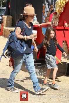 Picture - Linda Perry and Sawyer Gilbert-Adler at Mr Bones Pumpkin Patch | Photo 4422944 | Contactmusic.com