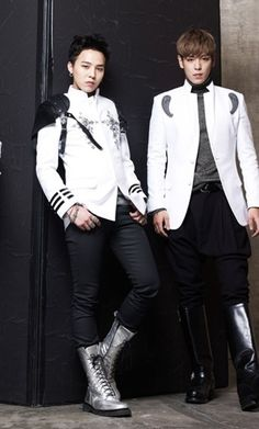 G-Dragon and TOP ♡ ~Ok that seems weird but I love Jiyong's legs on that picture! They're just flawless . Daesung, Vip Bigbang, 2ne1, Btob, Kpop Fashion, Korean Fashion, K Pop, Gd & Top, Rapper